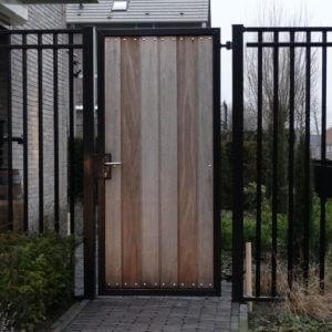 Moderne draaipoort combinatie staal/hout inclusief spijlenhekwerk